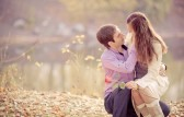 10794762-la-imagen-de-bajo-contraste-de-un-tiempo-feliz-joven-pareja-de-gasto-al-aire-libre-en-el-parque-de-o