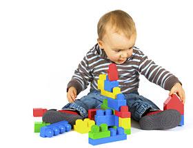 imágenes de niño sentado con legos