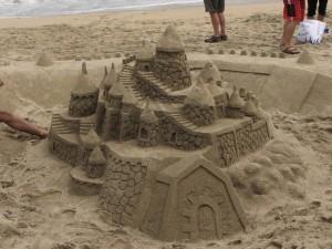 imágenes de castillos de arena en la playa
