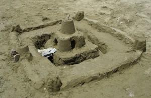 hermoso castillo de arena en la playa