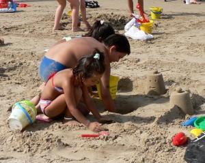 fotos de niños disfrutando de hacer castillos de arena