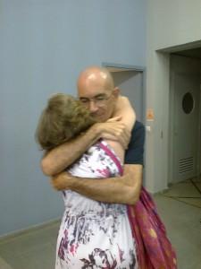 imágenes de una niña abrazando a su abuelo