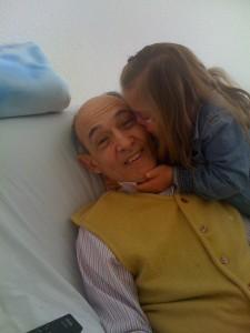Fotos de un abuelo en cama con el cariño de su nieta