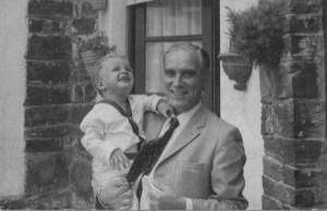 Fotos de un abuelo feliz cargando a su bebé