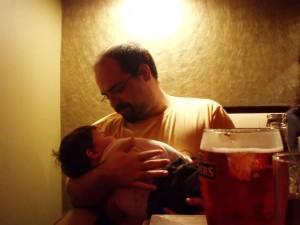 fotos de un padre  cariñoso disfrutando a su bebé