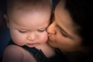 Fotos de una madre dando muestras de cariño a su bebé